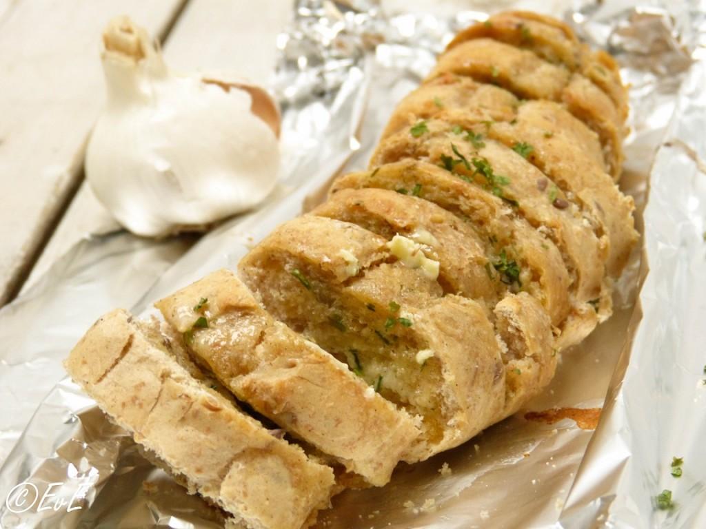 snackbrood gevuld met kruidenboter