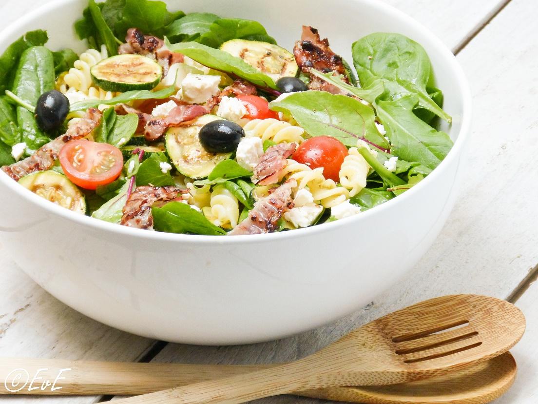 pastasalade met spinazie pesto spek courgette feta
